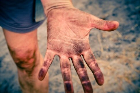 How to dispose of coffee grounds, dirty hand